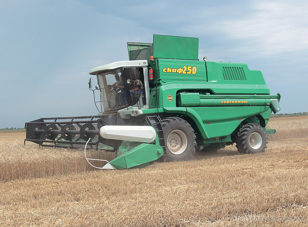 <!--:ru-->Фото: Самоходный зерноуборочный комбайн «СКИФ-250»<!--:--><!--:uk-->Фото: Самохідний зернозбиральний комбайн «СКІФ-250» <!--:-->