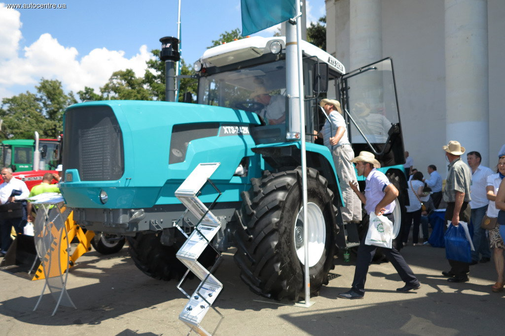 khtz_prezentoval_novyy_traktor