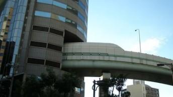 ФОТОФАКТ. В Японии трасса проходит прямо через дом