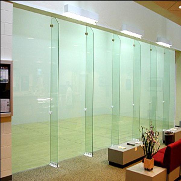 стеклянная конструкция в торговом зале