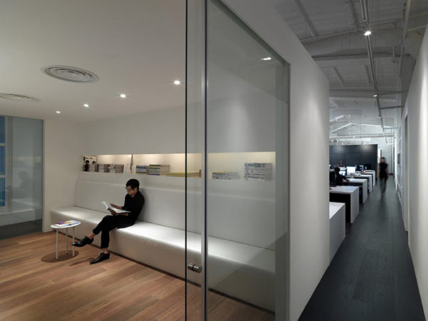 стеклянная конструкция в офисе