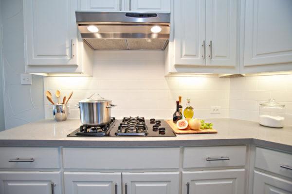 Встраиваемые кухонные вытяжки — возможности и особенности