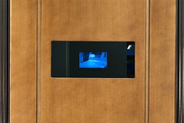 двери с камерой наблюдения